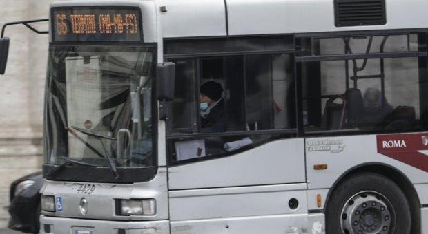 Coronavirus a Roma, mascherine per autisti Atac non sono idonee: Raggi in campo