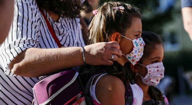 Scuola, per i bimbi di nidi e materne niente obbligo di mascherina. I genitori controlleranno la temperatura