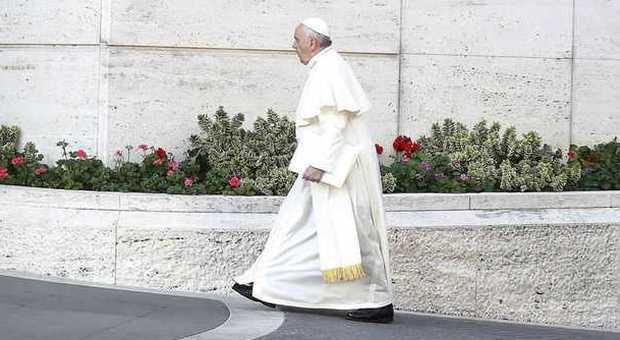 Sinodo, Francesco invita i cardinali a parlare con chiarezza, ma solo dentro l'aula: «Non usate Twitter durante il dibattito»