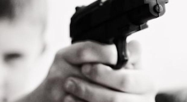 Bimbo di 4 anni spara in faccia alla mamma incinta: «Ha trovato la pistola sotto il materasso»