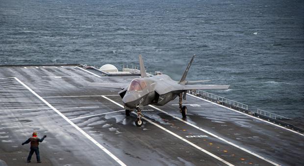 Primi appontaggi per gli F35 su nave Cavour negli Usa