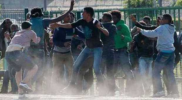 Migranti, in Francia è caos: decine di migliaia a Calais per raggiungere l'Inghilterra. Tra scontri e feriti