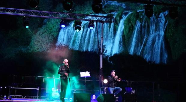 Terni, Enrico Ruggeri celebra Sergio Endrigo: il palco davanti alla Cascata delle marmore