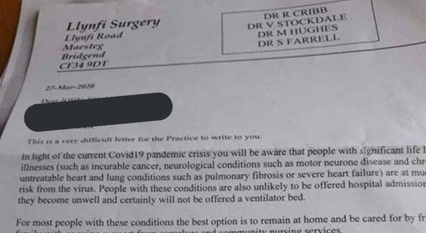Coronavirus Gran Bretagna, medici ai malati: «Rinunciate a rianimazione». Poi le scuse