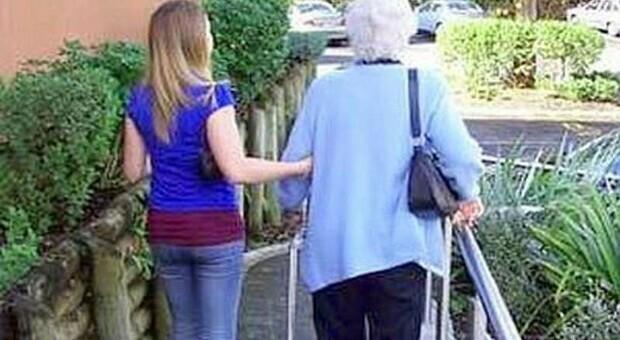 Spacca un bicchiere in faccia all'anziana disabile e la ferisce: indagata badante