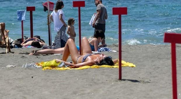Spiagge aperte ma a Ostia incognita controlli