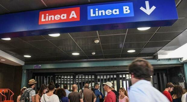 Roma, addetto Atac della metro B prende a calci un passeggero: l'azienda lo sospende