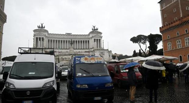Piazza Venezia bloccata: gli ambulanti protestano paralizzando il traffico con 150 furgoni