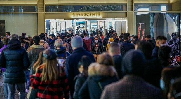 Covid, Cirio: «Ieri in centro a Torino c'era una folla inaccettabile» Boccia: «Coprifuoco alle 22 anche a Capodanno»