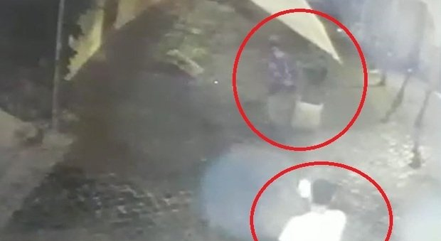 Trastevere, raid contro il ristorante: i vandali si filmano con il cellulare