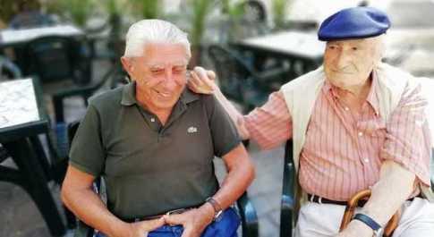 Da sinistra Gian Tommaso Grande e Romano Sarnari L'amicizia prima di Facebook, Romano e Gian Tommaso a 91 anni ogni estate insieme