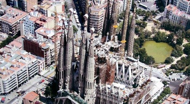 A Barcellona la Sagrada Familia riapre dopo tre mesi per duemila operatori della sanità e delle forze dell'ordine