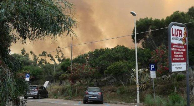 Incendi in spiaggia in Sardegna, case e camping evacuati. Corpo carbonizzato a Gallipoli