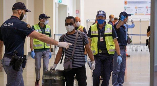 Coronavirus, l'Italia blocca l'ingresso a chi arriva da 13 Paesi a rischio