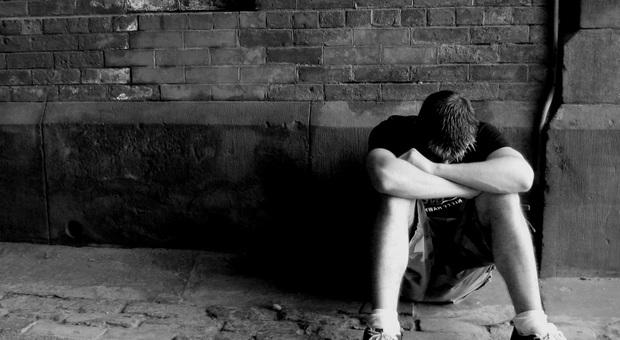 La moglie lo tradisce con il suo migliore amico: 39enne si uccide per la disperazione