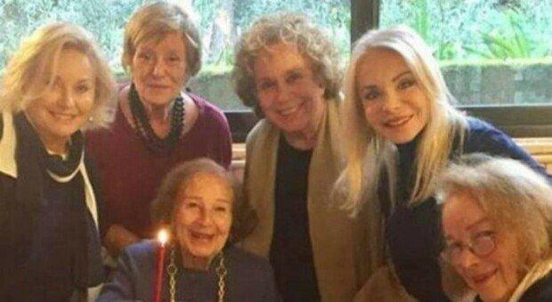 Nicoletta Orsomando compie 92 anni, le Signorine buonasera le fanno festa