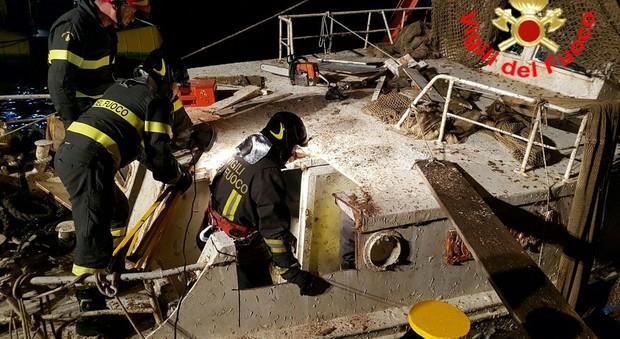 I vigili del fuoco entrano nello scafo del peschereccio Rosinella