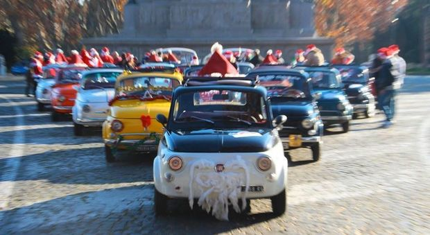 La parata d'auto d'epoca a tema natalizio