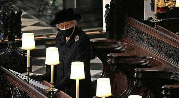 Filippo, il tributo segreto della Regina: ecco cosa teneva nella borsa durante il funerale