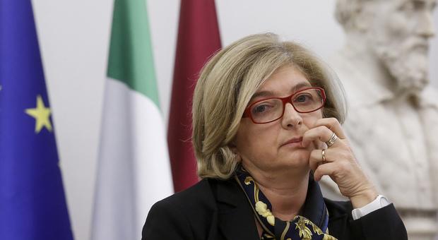 Roma, l'assessore Muraro si dimette tra le lacrime: «Sono indagata»