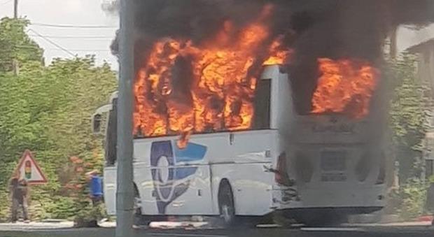 Pullman in fiamme in autostrada: almeno 5 morti, c'è anche un bambino