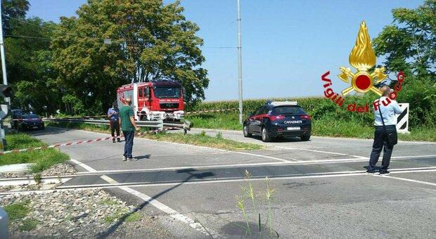Treno travolge auto al passaggio a livello, morta la guidatrice. «Sbarre alzate per un guasto»