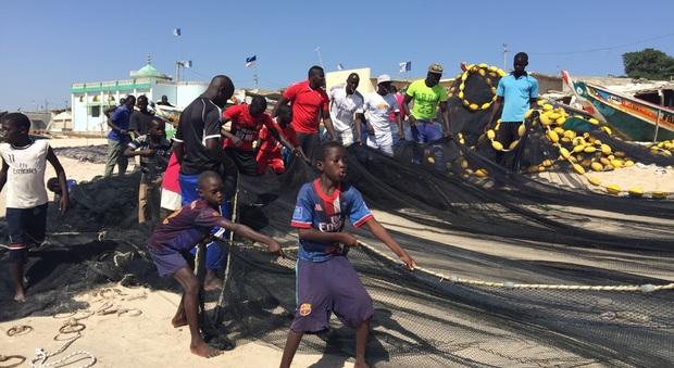 Tra i migranti di Thiaroye-sur-mer: da qui si sale sui barconi per l'Europa