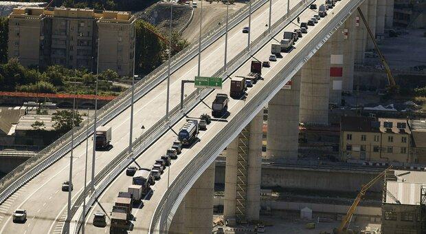 Ponte di Genova, auto rallentano per scattare i primi selfie: è subito caos traffico
