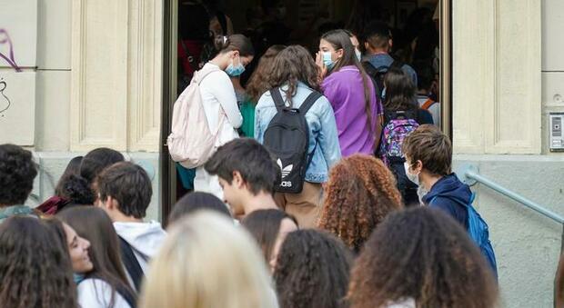 Covid Lazio, 219 nuovi casi (129 a Roma). D'Amato: «Rispettare regole o mascherina sarà obbligatoria»