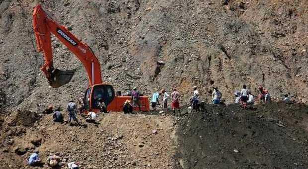 Myanmar, strage in una miniera di giada: recuperati 100 cadaveri, un centinaio i dispersi