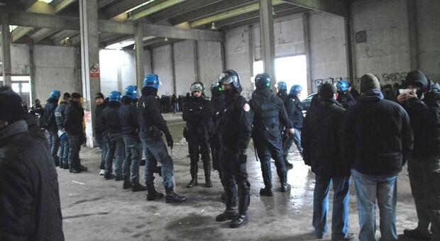 Torino, in 300 al rave party senza mascherine e distanziamento: arrivano i carabinieri