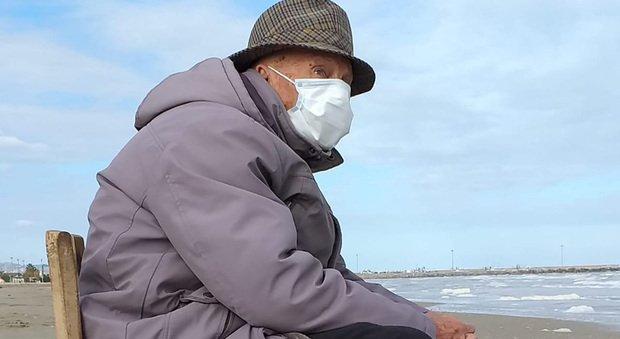 """Il """"vecchio"""" sfugge al lockdown per tornare a guardare il mare"""