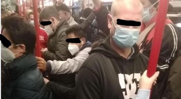 Roma, metro B stracolma e ristoranti chiusi, la foto della deputata fa il giro del web: «Il Covid esce solo di sera»