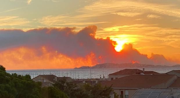 Grave incendio in Costa Azzurra, evacuate 2.700 persone vicino Marsiglia