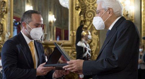 Il Presidente Sergio Mattarella consegna la menzione speciale Eni Joule for Entrepreneurship a Valerio Manelfi di RESET (Foto Quirinale)