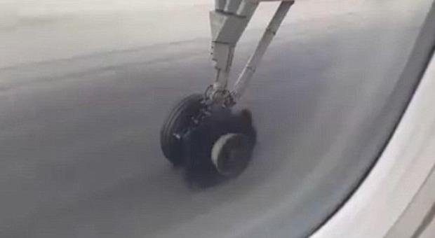 Thailandia, pneumatico scoppia in pista in fase di decollo: panico tra i passeggeri
