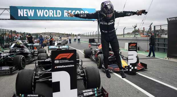Lewis Hamilton scende dalla Mercedes a Portimao dopo la sua vittoria numero 92 in Formula 1