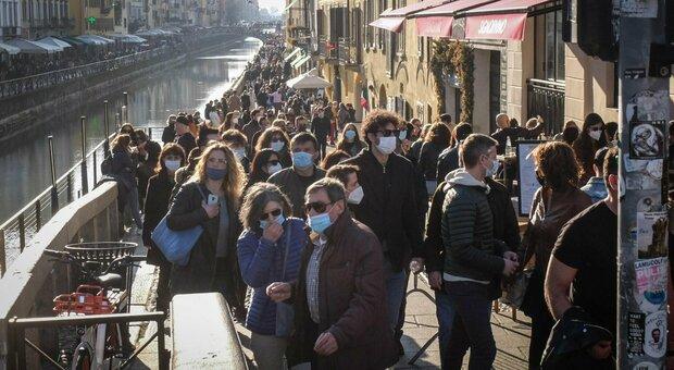Assembramenti a Milano, alla Darsena chiuso l'accesso per 40 minuti