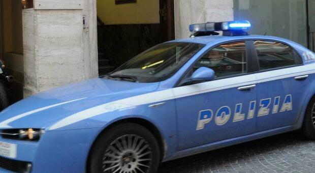 Rimini, fidanzatini reagiscono ai controlli della polizia e picchiano agenti: lei, 16 anni, era fuggita da casa
