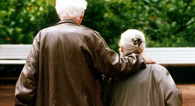 Sposati da 63 anni muoiono lo stesso giorno: lui aveva contratto il Covid, lei malata di Alzheimer