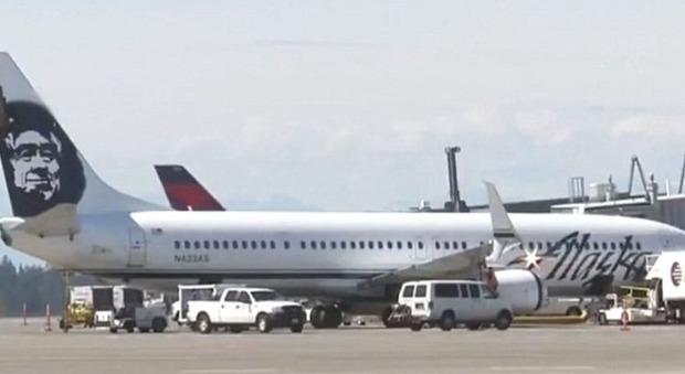 Usa, passeggero tenta di aprire il portellone dell'aereo: i piloti costretti a un atterraggio d'emergenza