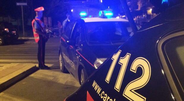 Esce di strada con l'auto, era ubriaco e senza patente: denunciato