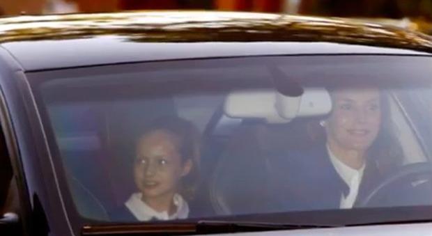 Il look di Letizia Ortiz: borsa da 2.500 euro per il primo giorno di scuola delle figlie