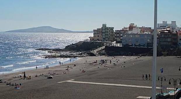 Bimbo di 8 anni muore alla festa in spiaggia: «Stava mangiando un hot dog»