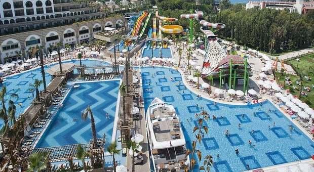 Bimba di 2 anni muore dopo bagno nella piscina del resort. «Infezione da escherichia coli»