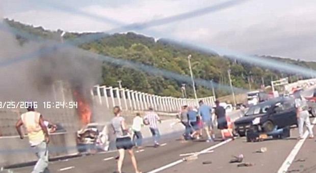 Usa, camion perde il controllo e si schianta sulle auto: un gruppo di uomini si mobilita per salvare una donna dalle fiamme
