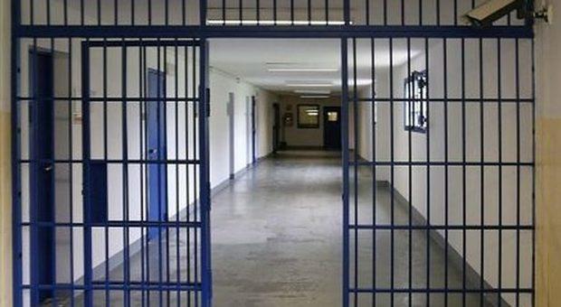 Coronavirus, protesta in carcere a Civitavecchia: agente sequestrato