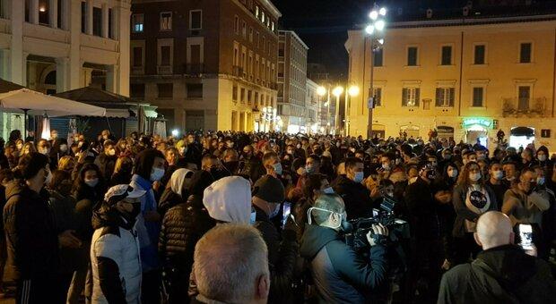 Lockdown, da Terni a Catania proteste in piazza contro il Dpcm: «Così moriremo di fame»
