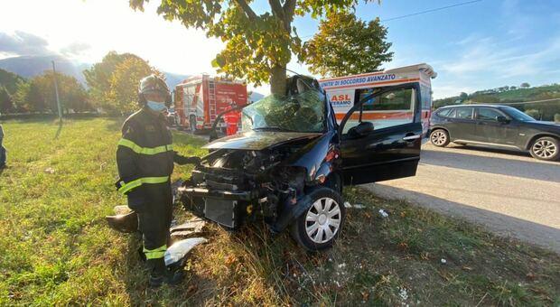 Con l'auto contro un albero sul rettilineo: grave un 54enne