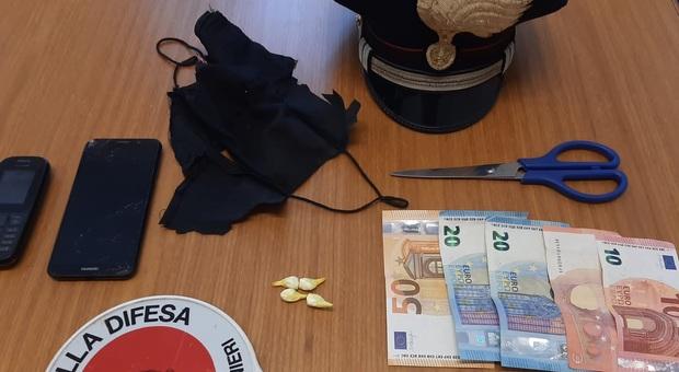 Roma, ragazzo nasconde droga nella mascherina: carabinieri trovano 4 involucri contenenti cocaina